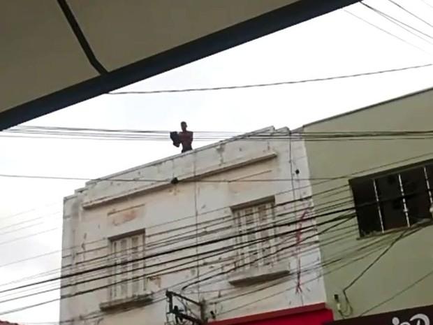 Homem subiu no telhado e pegou telhas para jogar nos policiais  (Foto: Bruno Bernardo/ arquivo pessoal )