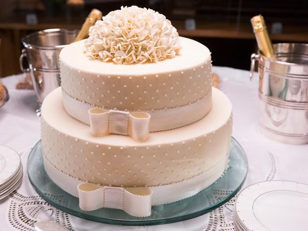 O bolo ficou delicado com laços e flores (Foto: Felipe Monteiro / Gshow)