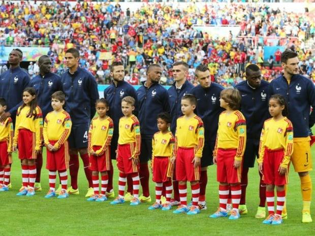 Jogadores chegaram a ficar perfilados esperando hino, que não tocou no Beira-Rio (Foto: Reuters)