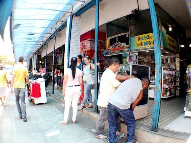 Todas as lojas que não foram afetadas pelo incêndio devem reabrir, ficando interditado apenas parte do primeiro andar e algumas lojas do térreo (Foto: Leonardo Silva / Jornal da Paraíba)