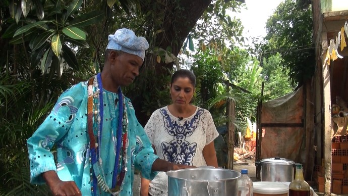 Babalorixá Joel mostra a diferença entre os pratos consagrados aos orixás (Foto: TV Bahia)