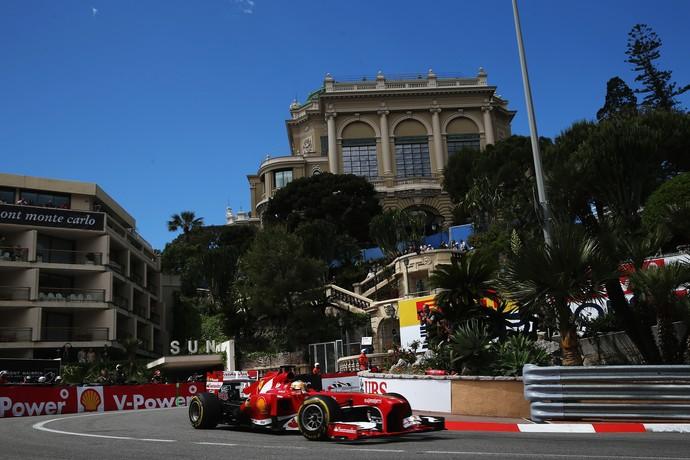 Fernando Alonso desfila sua Ferrari pelas ruas de Monte Carlo (Foto: Getty Images)