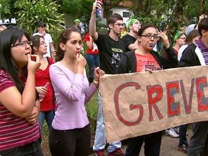 Estudantes de medicina fazem manifestação em frente à reitoria da UFSCar (Foto: Reginaldo dos Santos/EPTV)