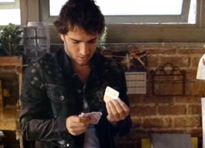 Fabinho rouba dinheiro de Bento (Foto: Sangue Bom/TV Globo)