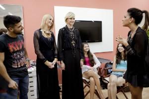 Atriz conversa com as garotas e profissionais de moda (Foto: Fernando Willadino/Divulgação)