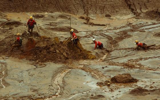 Bombeiros fazem buscas por desaparecidos no distrito de Bento Rodrigues, tres dias depois do rompimento de duas barragens de rejeitos de mineracao, de Fundao e de Santarem (Foto: Daniel Marenco / Ag. O Globo)