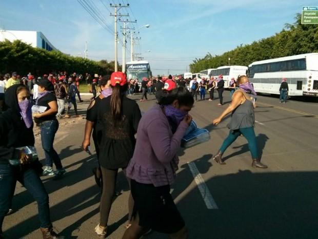 Manifestantes chegaram ao local divididas em 15 ônibus (Foto: Cláudio Nascimento/ TV TEM)