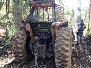 Ibama apreende trator que seria utilizado para ações de derrubada de árvores. (Foto: Divulgação/Ibama)