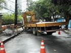 Caminhão derruba poste e interdita Rua Oliveira Lima, no centro do Recife