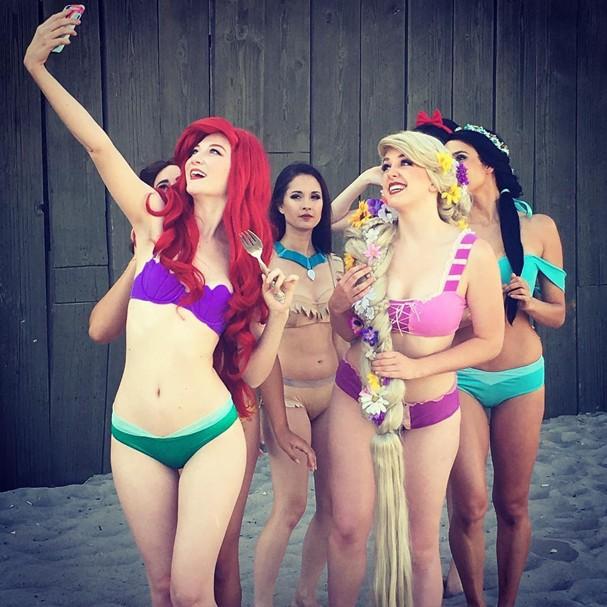 Princesas na praia confraternizando antes de um banho de mar (Foto: Reprodução/Instagram)