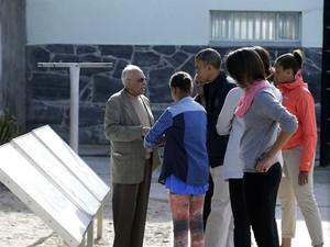 O presidente dos EUA Barack Obama e sua família visitam a ilha Robben, perto da Cidade do Cabo, onde Nelson Mandela esteve preso por 18 anos. (Foto: REUTERS/Gary Cameron)