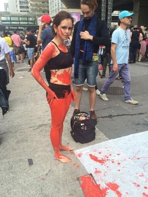 """A atriz Danielli Cristine, de 29 anos, escreveu em um cartaz: """"Se você acha que a culpa é da vítima, o 34º [estuprador] é você"""" (Foto: Glauco Araújo/G1)"""