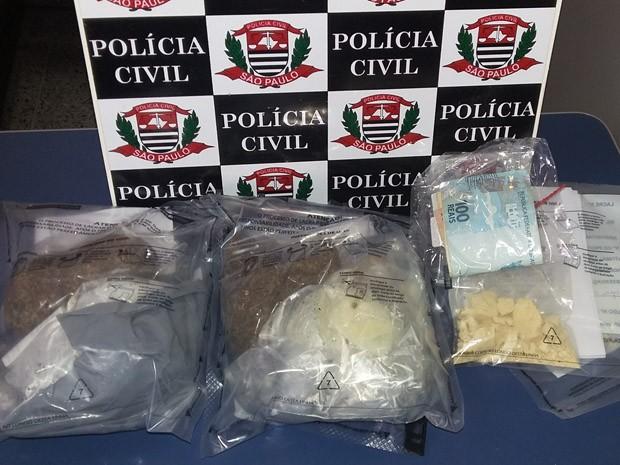 Mulher foi flagrada com maconha e cocaína (Foto: Polícia Civil/Cedida)