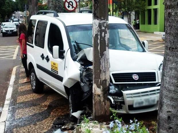 Carro bateu em poste no canteiro central da avenida (Foto: Matheus Ribeiro/Arquivo Pessoal)