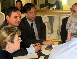 Régis Fichtner, casa civil, Luís Fernandes, representante do governo federal, Ricardo Trade, de costas, e Délia Fischer, da Fifa (Foto: Marcio Iannacca)