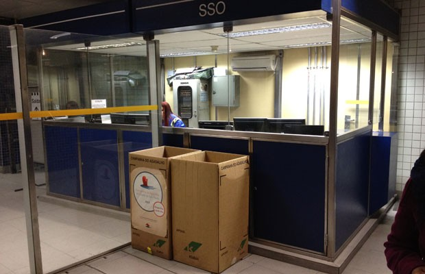 Caixas de coleta de agasalho na estação República do Metrô (Foto: Helton Simões Gomes/G1)