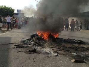 Moradores do bairro Rangel, em João Pessoa, protestaram contra atropelamento de seis pessoas em uma parada de ônibus do bairro (Foto: Walter Paparazzo/G1)