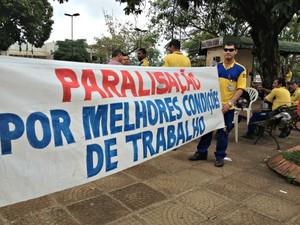 Grupo pequeno de servidores do Correios se concentram em praça de Porto Velho  (Foto: Halex Frederic/G1)