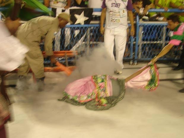 Problema no equipamento que faz efeitos especiais nas fantasias da comissão de frente causou incêndio na roupa de um dos integrantes (Foto: Gabriel Barreira/G1)