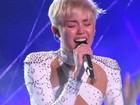 Miley Cyrus se emociona e chora muito em show