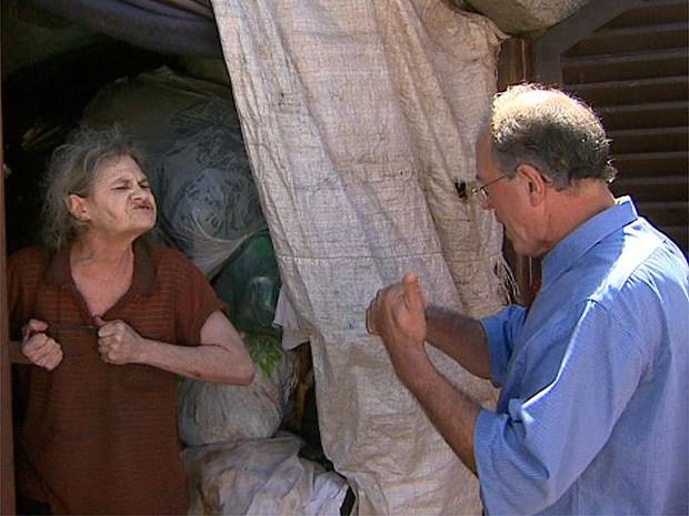 Idosa discute com delegado para sair de imóvel com lixo acumulado em Ribeirão Preto (Foto: Paulo Souza/EPTV)