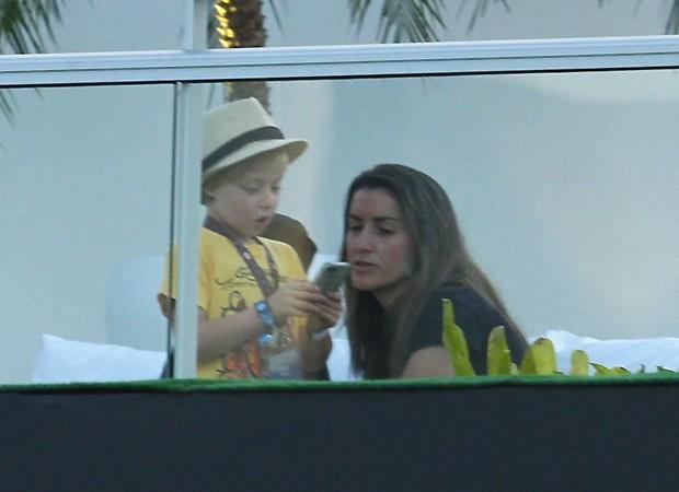 Benício com a babá (Foto: Foto Rio News)