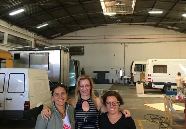Fernanda Moura e Taciana Mello com Gislene Viana, da FAG: vans que se transformam em lojas, escritórios em negócio de sucesso (Foto: The Girls on the Road)