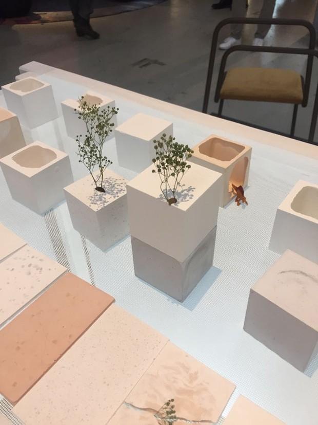 O estúdio japonês Oog apresentou a linha Reconstruction of the Shell, composta por pequenos vasos e caixas feitas a partir de cascas de ovos e silicone. Delicadeza pura! (Foto: Thaís Lauton/Editora Globo)