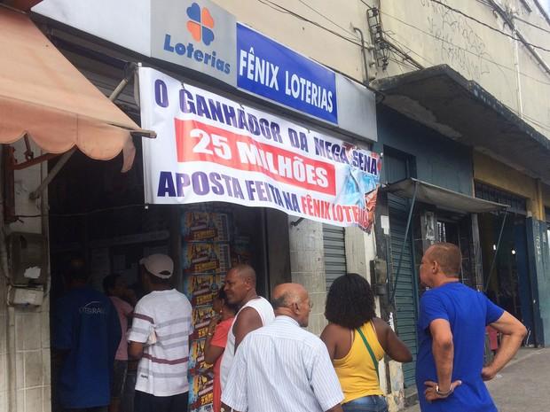 Lotérica que fez aposta colocou banner para divulgar prêmio em Salvador (Foto: Henrique Mendes / G1)