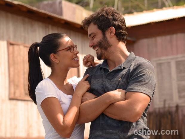 Celina e William felizes depois da inauguração do posto de saúde (Foto: Raphael Dias/TV Globo)