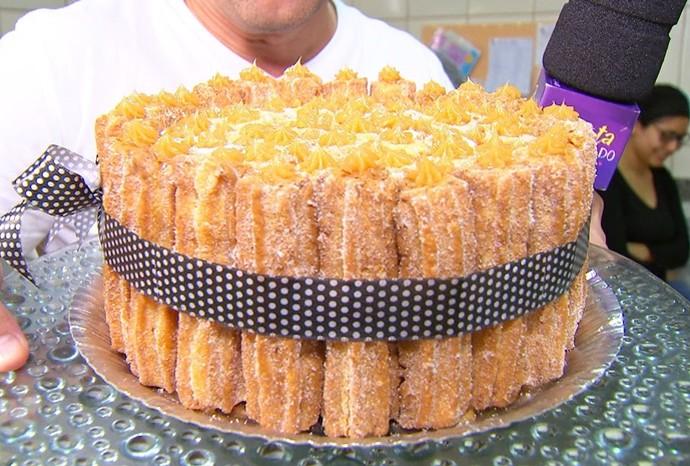 Que tal preparar esse lindo bolo de churros? (Foto: Reprodução / TV TEM)