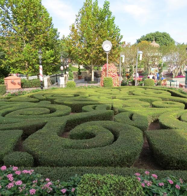 Em frente ao pavilhão da França, no Epcot, um labirinto criado com buxinhos podados (Foto: Stéphanie Durante)