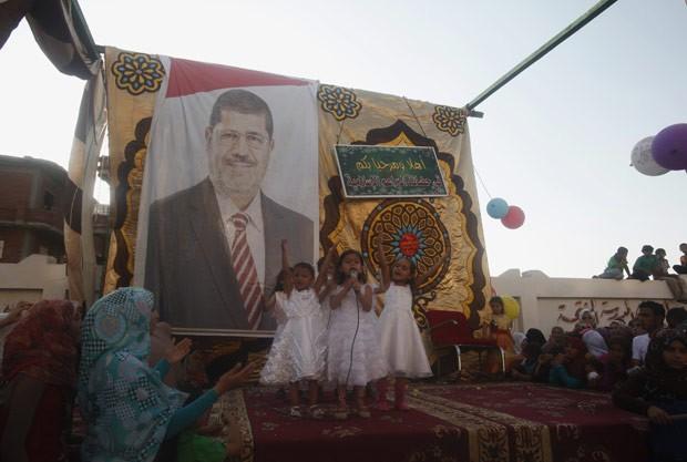 Cartaz de Mohamed Morsi em escola em El edoueh, sua cidade natal, nesta sexta-feira (29) (Foto: Reuters)