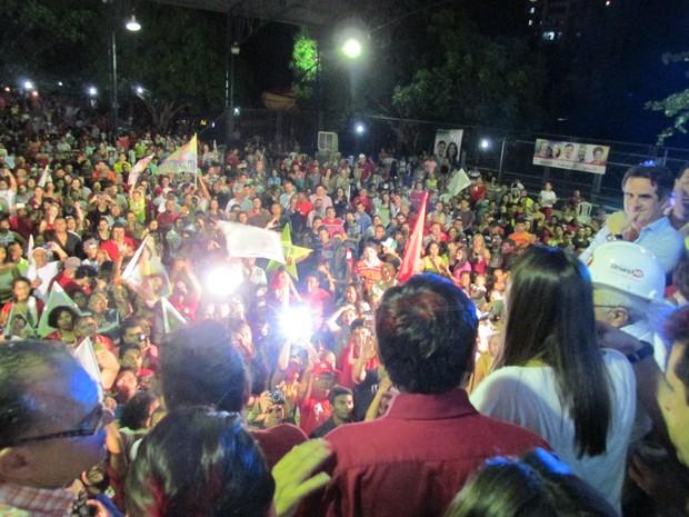 Correligionários do PT comemoram vitória no primeiro turno (Foto: Emanuele Madeira)