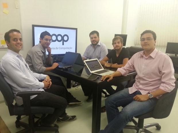 Grupo da Universidade de Brasília que desenvolveu aplicativo para abrir portas usando apenas o celular (Foto: Raquel Morais/G1)