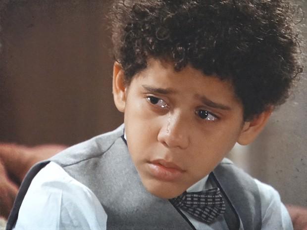 Elias não entende o motivo do preconceito e acha que é maldade (Foto: Lado a Lado / TV Globo)