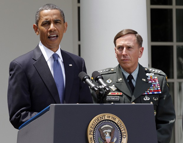 Petraeus e Obama, em foto tirada em junho de 2010. General renunciou ontem após escândalo envolvendo relação extraconjugal (Foto: AP)