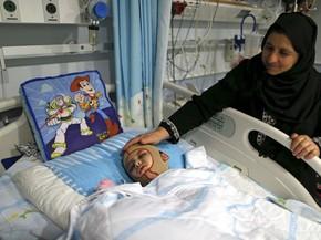 Ahmed Dawanshe, de 4 anos, sofreu queimaduras graves em incêndio em sua casa na Cisjordânia e foi hospitalizado; ele é o único sobrevivente da família (Foto: REUTERS/Ammar Awad)