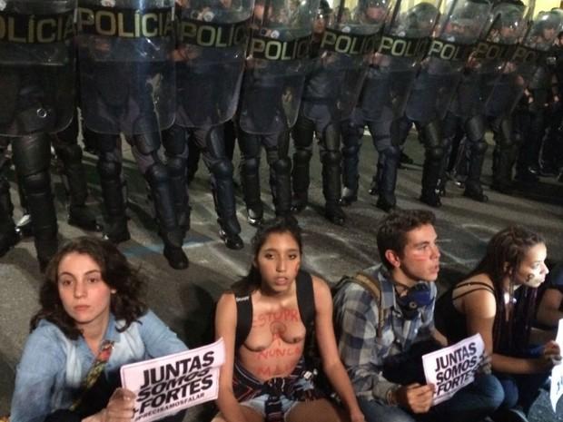 Força Tática da PM observa manifestantes durante ato contra cultura do estupro em SP (Foto: Lívia Machado/G1)