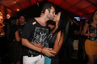 Amanda Djehdian beija namorado em festival (Foto: Felipe Panfili /Divulgação)