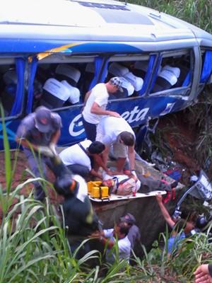 Ônibus cai em ribanceira na Rodovia Anhanguera e deixa mortos e feridos, em Vinhedo (Foto: Gilberto Nascimento Pereira / VC no G1)