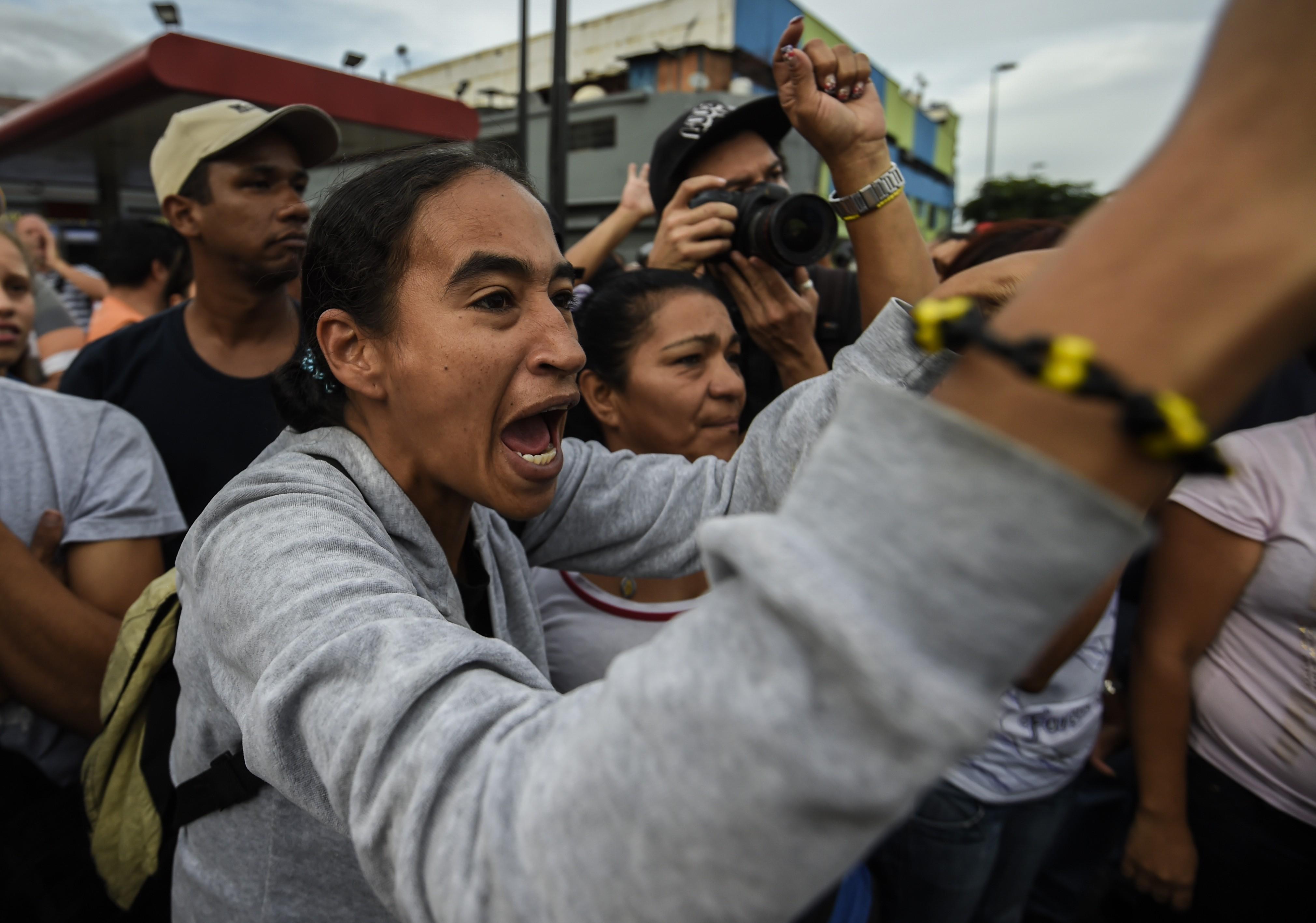 Moradores de área de baixa renda de Caracas protestam nesta terça-feira (13) (Foto: Juan Barreto/AFP)