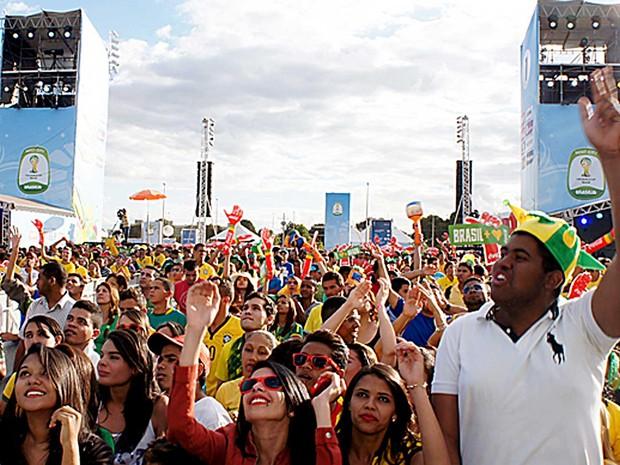 Público assiste a show durante o Fifa Fan Fest no Taguaparque, no DF (Foto: Ricardo Moreira/G1)