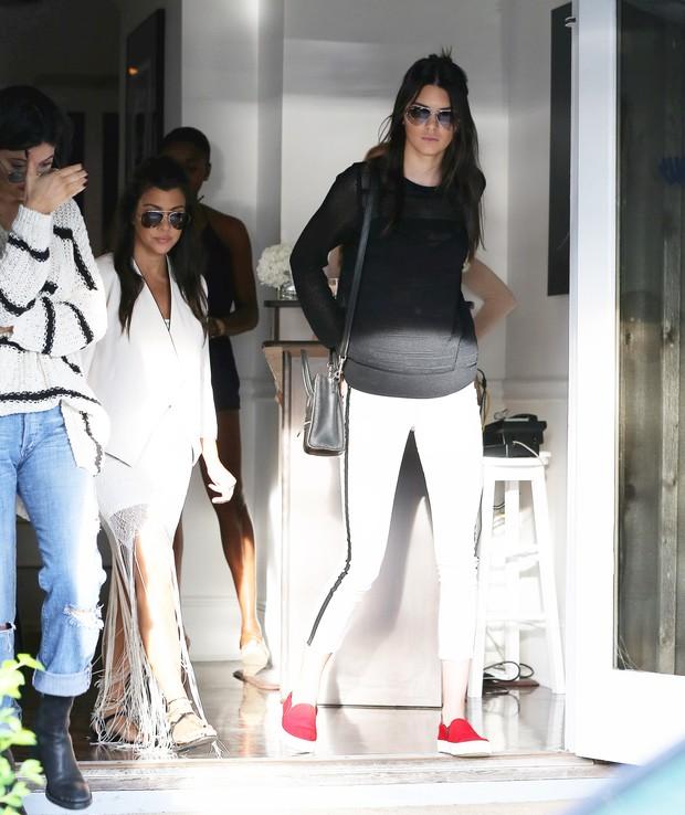 Kendall Jenner (à direita) e Kourtney Kardashian (de branco) (Foto: X17)