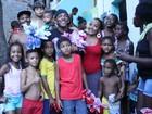 Nego do Borel distribui ovos de Páscoa na comunidade em que nasceu