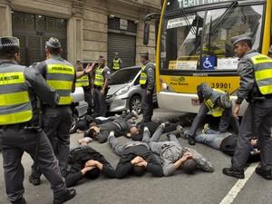 Policiais detêm grupo que atacou torcedores da Inglaterra reunidos do lado do Fifa Fan Fest no Anhangabaú (Foto: Rafael Belzunces/Frame/Estadão Conteúdo)