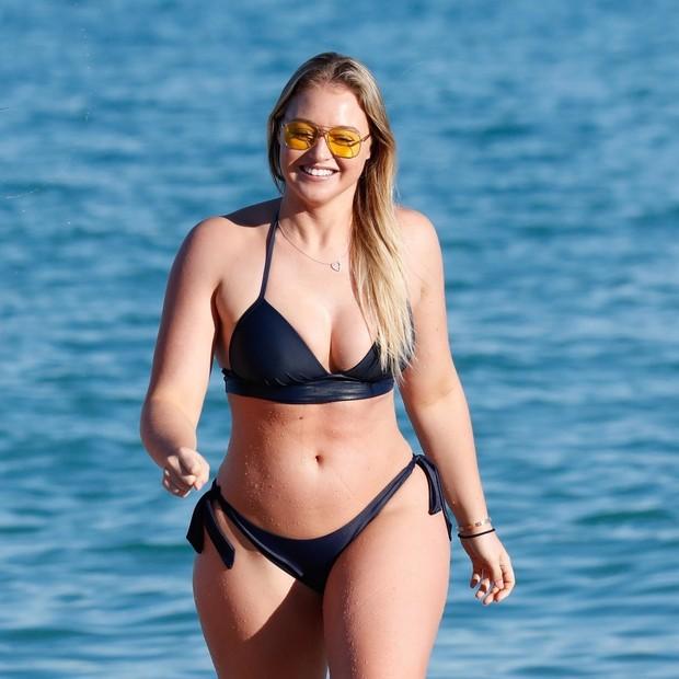 Top plus size Iskra Lawrence exibe suas curvas em Miami (Foto: BACKGRID)