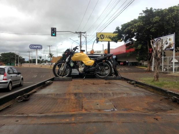 Motocicleta que a vítima conduzia ao bater em poste em Campo Grande (Foto: Nadyenka Castro / G1 MS)