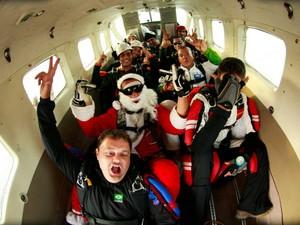 Salto foi confraternização de um grupo de paraquedistas. (Foto: Tarso Sarraf/ O Liberal)