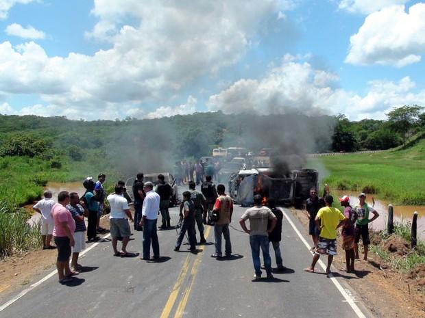 Carros foram queimados na estrada durante a fuga. (Foto: Emiliano Monteiro Amorim)